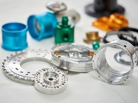 カメラなど光学製品からスタートし医療や半導体へと分野は広がったが いずれも高い精度が求められるオザキの製品群