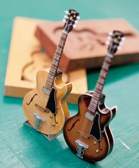 趣味のビンテージギターの模型は塚本さんの作品