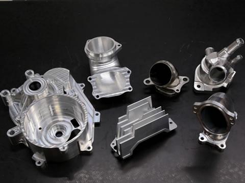 エンジン部品の内部など複雑な曲面を無駄なく削るにはプログラミングの腕が問われる