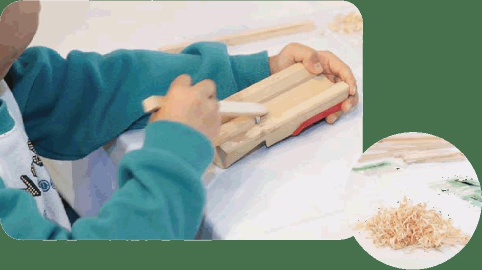 間伐材を使ってマイ箸を作る、初めて使うかんなに自然と慎重な手つきに