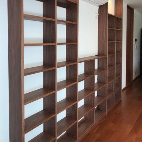 機能と美しさを考えてデザインされた壁面収納、十分な強度も兼ね備えている
